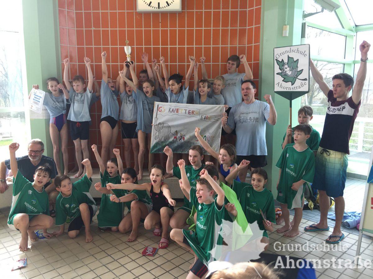 Kreismeisterschaften Schwimmen Siegerfoto 2018 jubeln